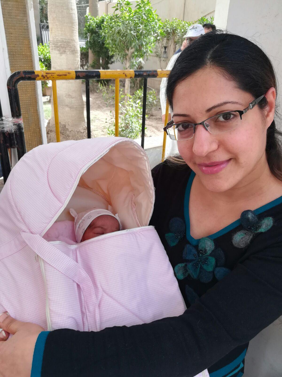 مصرية تخرج من المستشفى برضيعها للإدلاء بصوتها