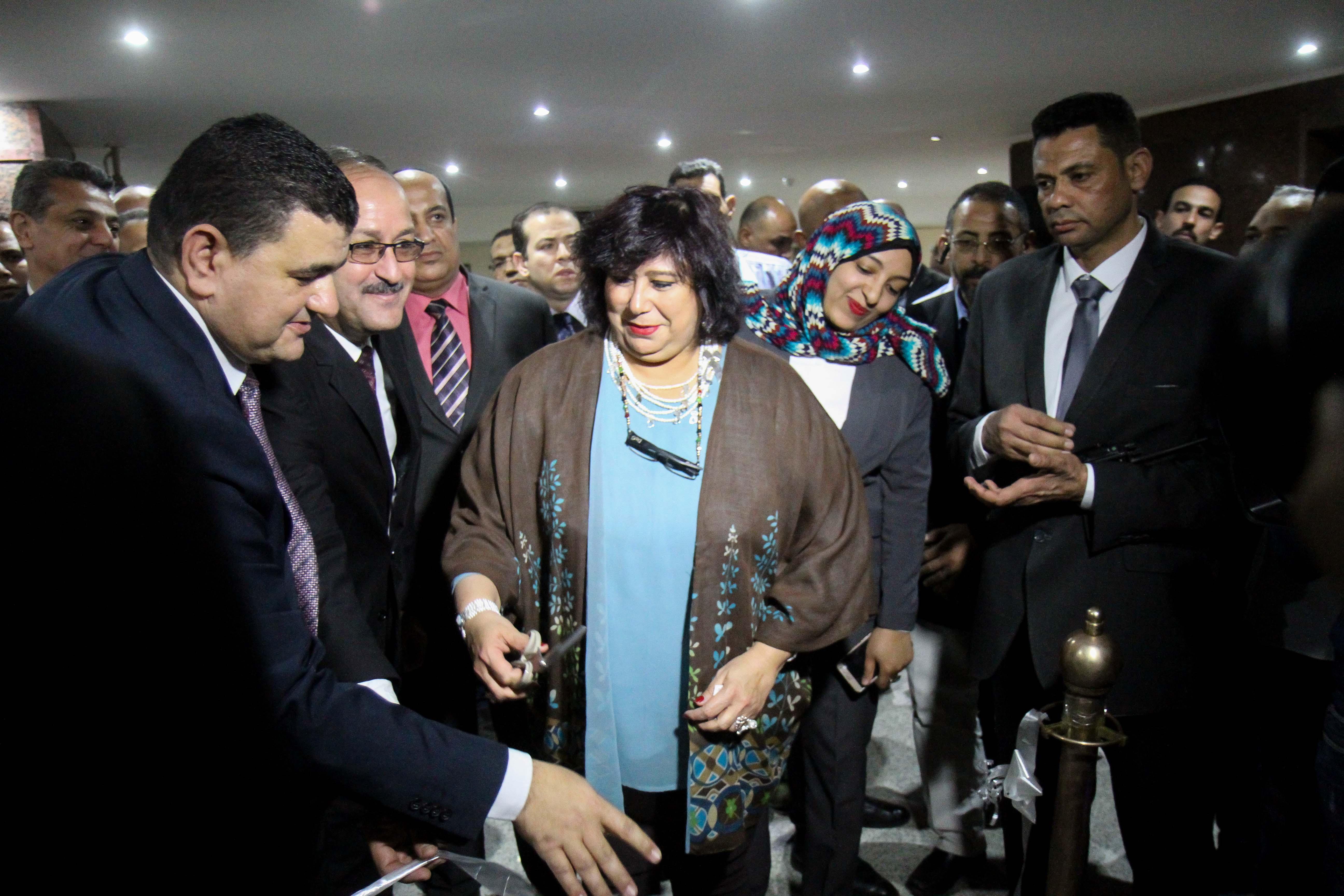 وزيرة الثقافة تستمع لشرح أحمد الشوكي رئيس دار الكتب