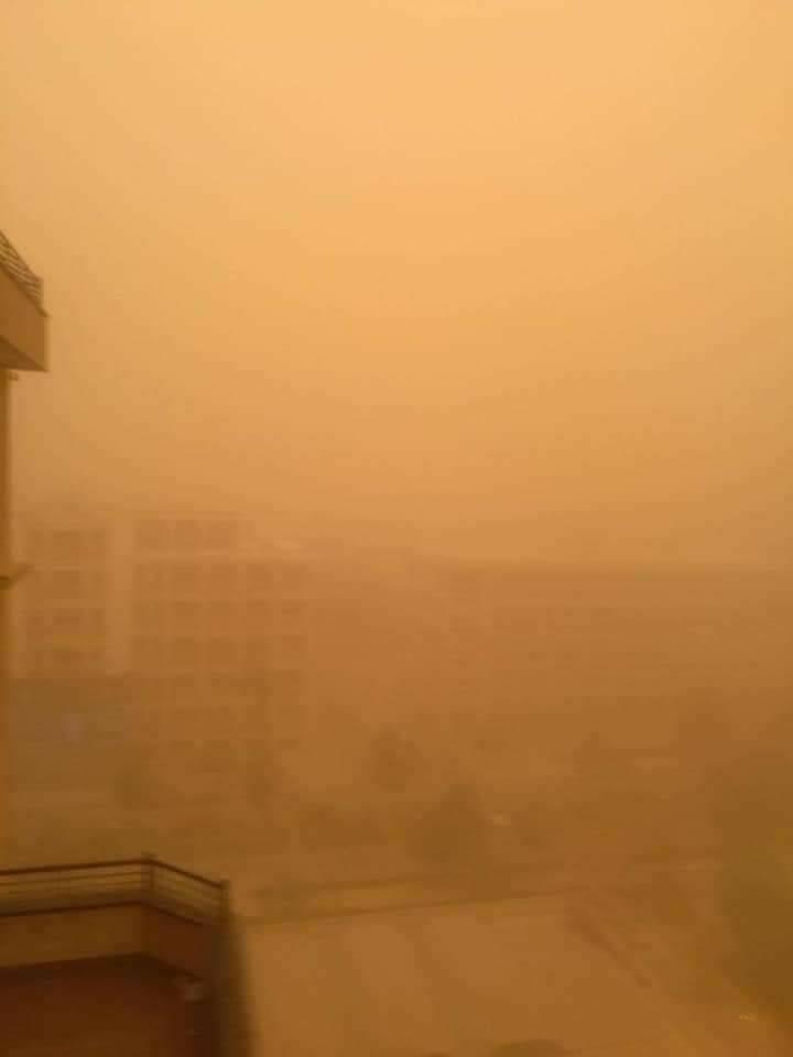 صور.. عاصفة ترابية تجتاح عدد من محافظات الجمهورية (3)
