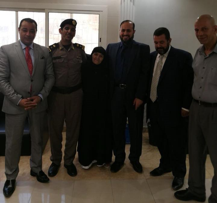 الحاجة سعدية مع المسؤولين السعوديين بعد قرار الإفراج عنها