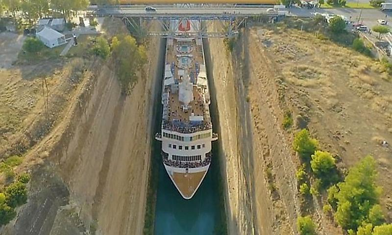 ogromnyi-kruiznyi-lainer-proshyol-po-uzkomu-kanalu-v-grecii-foto-big