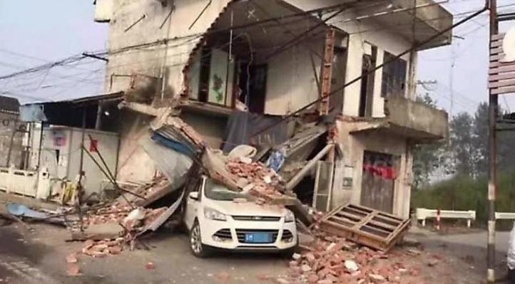 سيارة وانهيار منزل