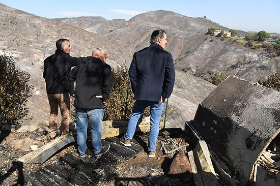 حاكم كاليفورنيا يتابع آثار حرائق الغابات (1)