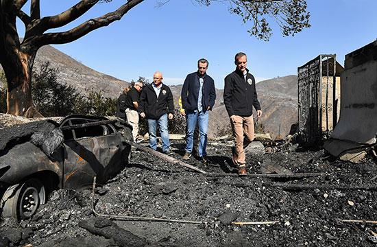 حاكم كاليفورنيا يتابع آثار حرائق الغابات (2)