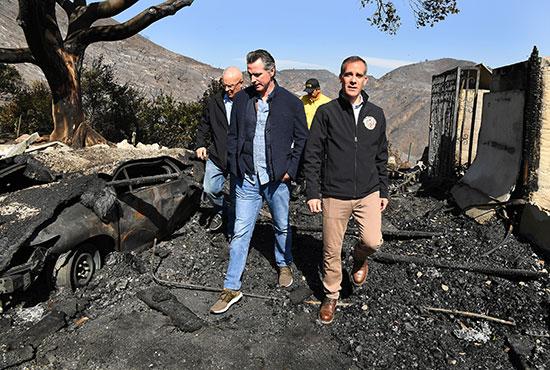 حاكم كاليفورنيا يتابع آثار حرائق الغابات (3)