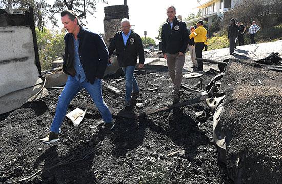 حاكم كاليفورنيا يتابع آثار حرائق الغابات (4)