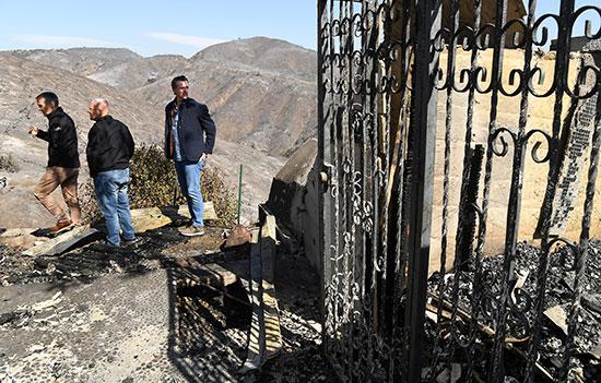 حاكم كاليفورنيا يتابع آثار حرائق الغابات (5)