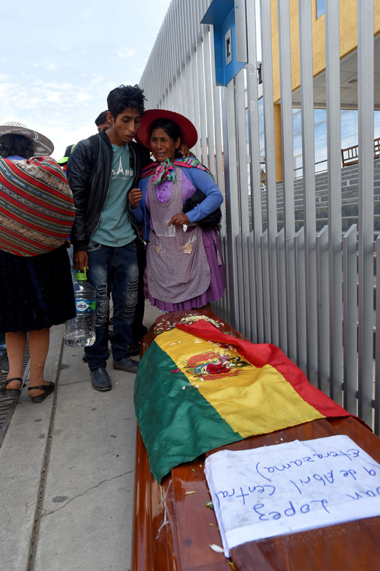 بوليفيا تشيع جثامين ضحايا الاشتباكات (6)