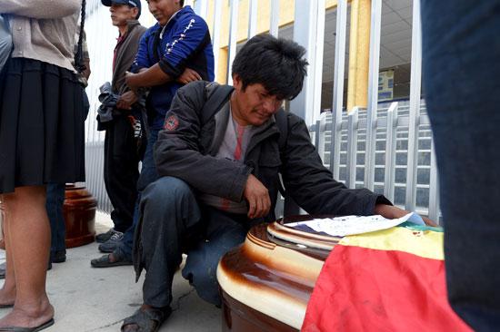بوليفيا تشيع جثامين ضحايا الاشتباكات (1)