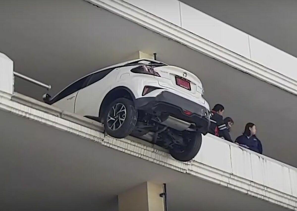 taiskaja-avtomobilistka-priparkovala-svoi-avtomobil-probiv-stenu-na-4-om-etazhe-stojanki-foto-big