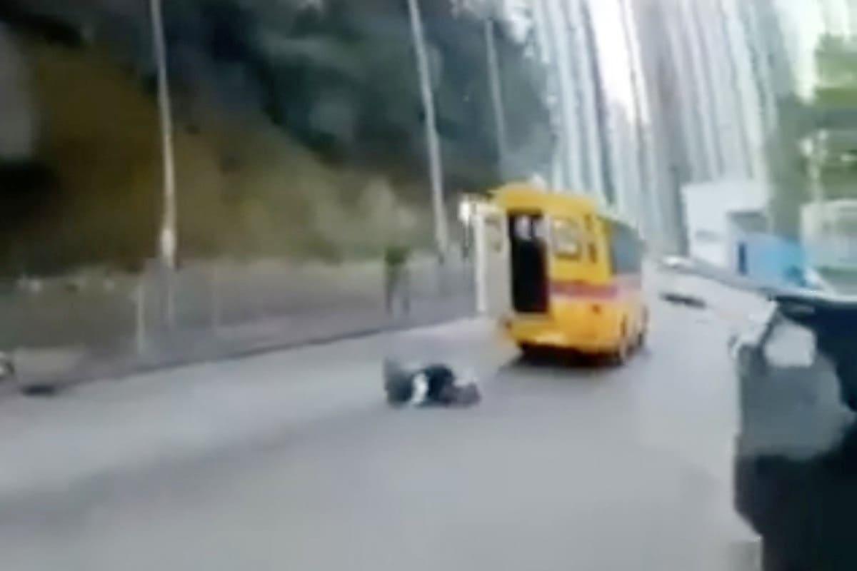 avtobus-poterjal-shkolnika-na-avtotrasse-v-gonkonge-foto-big