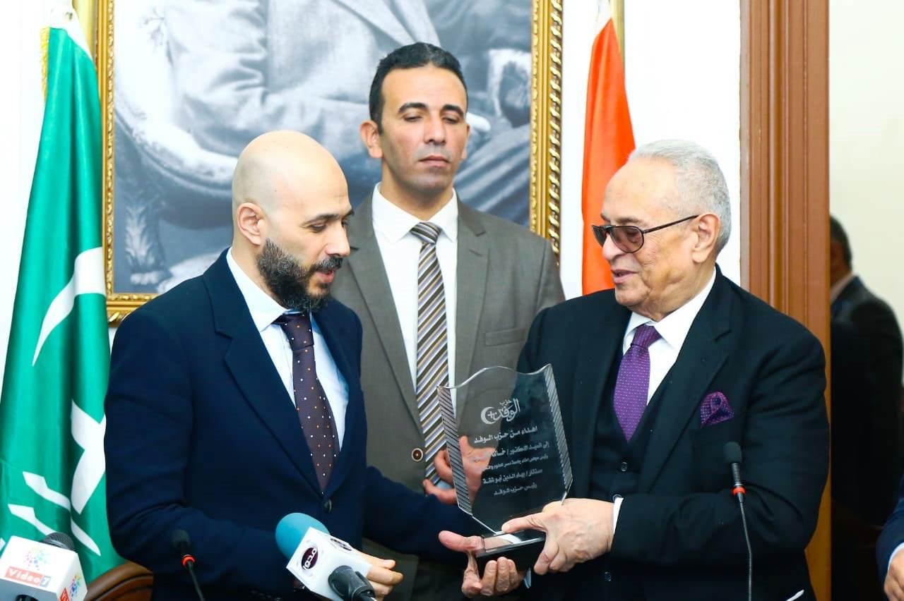 قيادات حزب الوفد تكرم جامعة مصر للعلوم والتكنولوجيا (8)