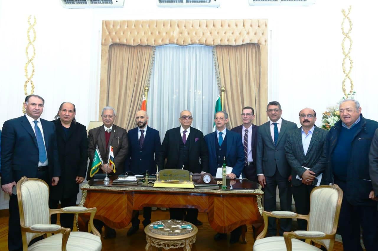 قيادات حزب الوفد تكرم جامعة مصر للعلوم والتكنولوجيا (9)
