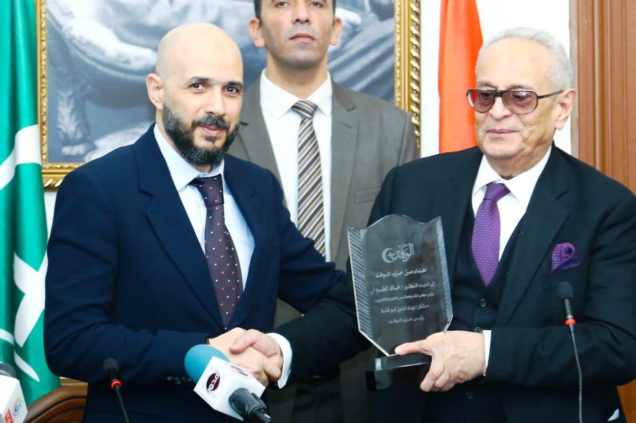قيادات حزب الوفد تكرم جامعة مصر للعلوم والتكنولوجيا (6)