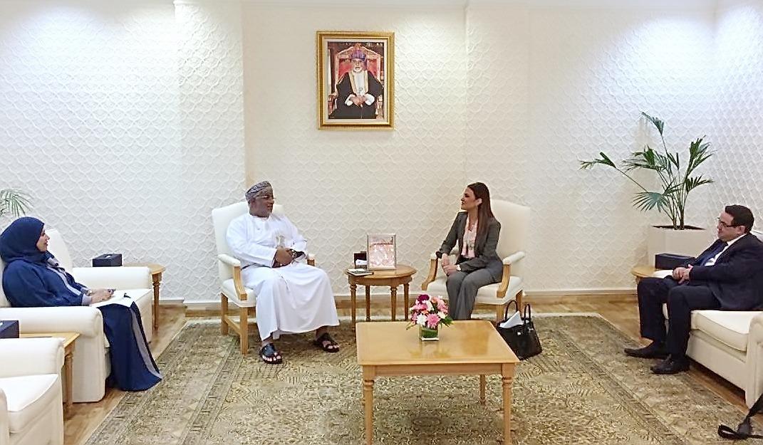 سحر نصر خلال اجتماعها مع ممثلي الجانب العماني