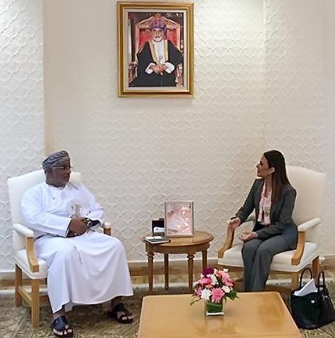 سحر نصر خلال اجتماعها مع أحد ممثلي الجانب العماني