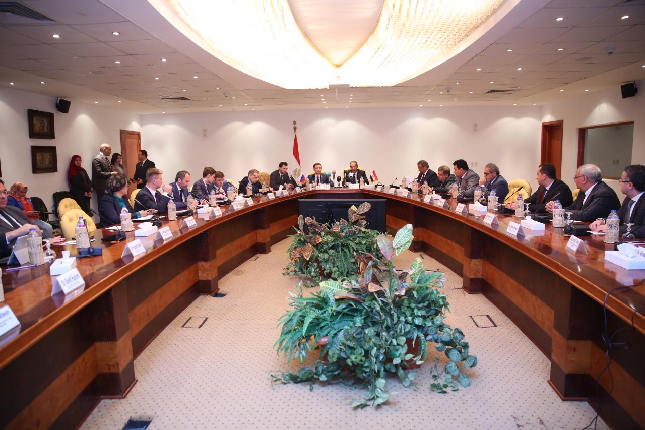 وزير االتصالات المصري مع نظيره الروسي وممثلي الشركات الروسية