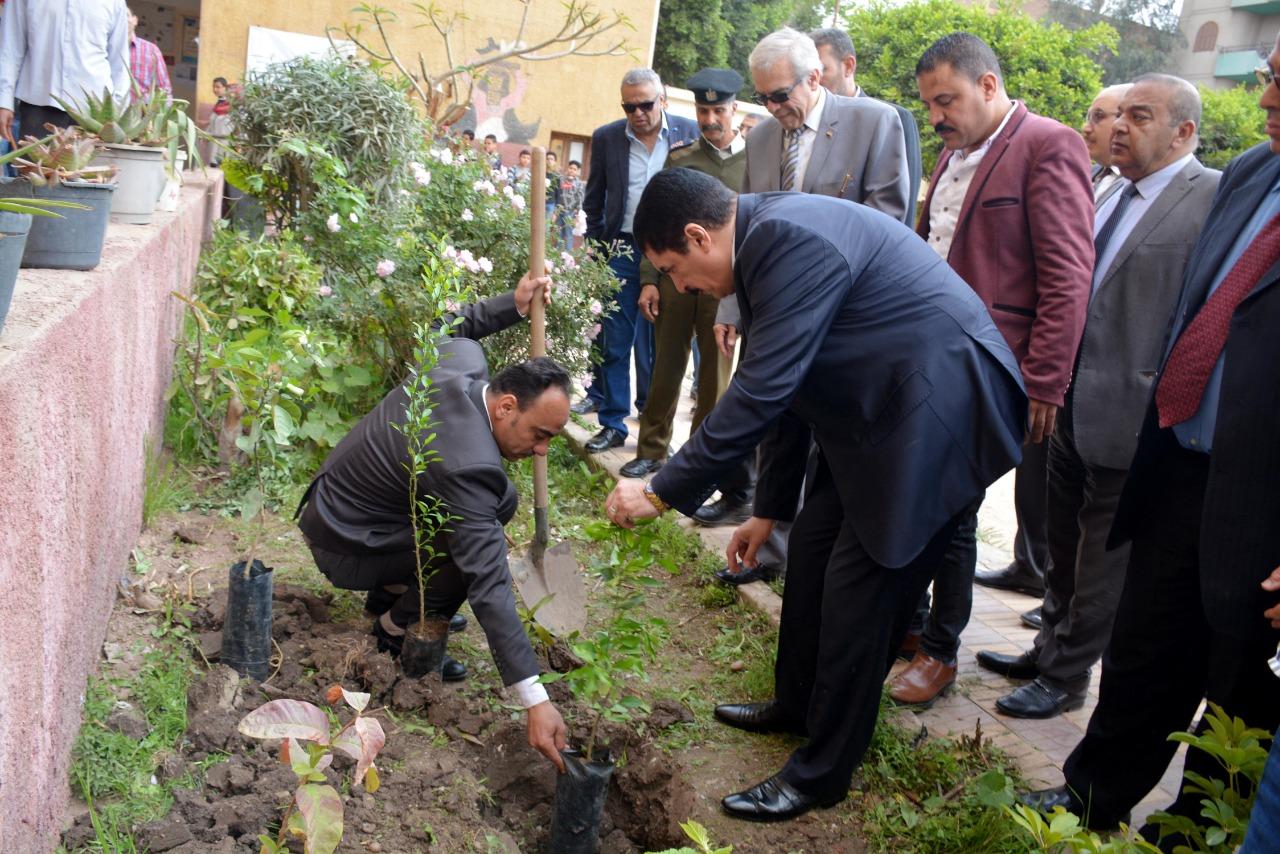 376095-محافظ-القليوبية-بمبادرة-إزرع-شجرة-بالمدارس-(10)