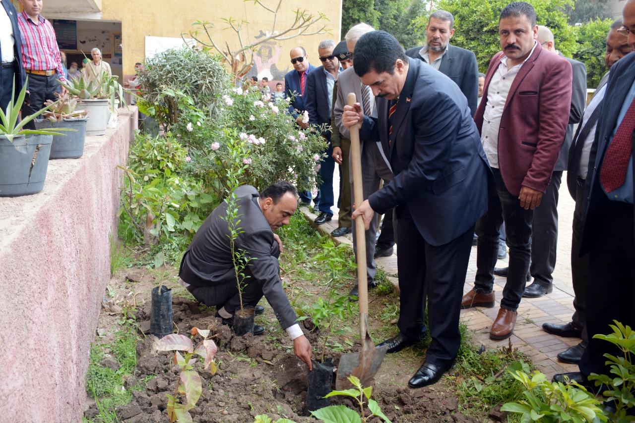 441773-محافظ-القليوبية-بمبادرة-إزرع-شجرة-بالمدارس-(7)