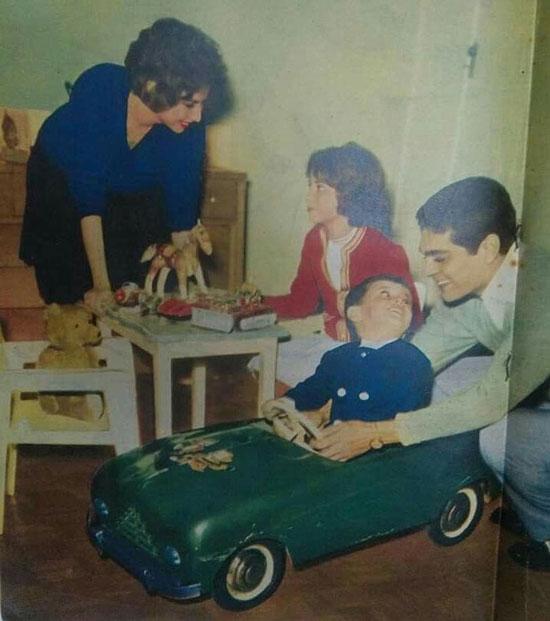 57354-فاتن-حمامة-وعمر-الشريف-يلعبان-مع-أبناءهما-نادية-وطارق