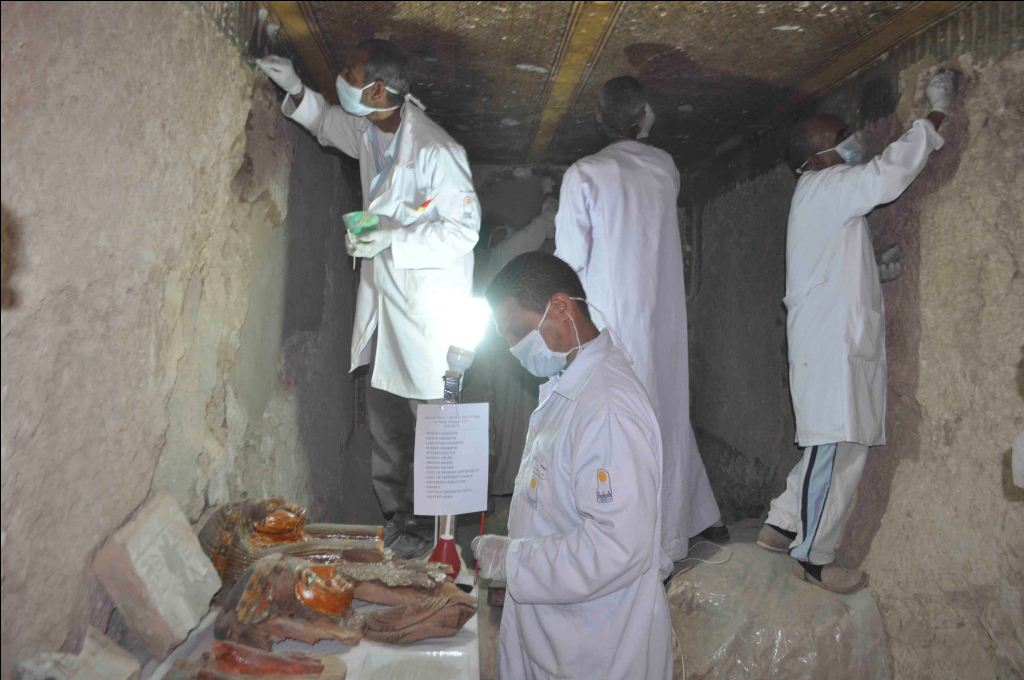 وزارة الآثار تنجح في كشف كنوز تاريخية بمقابر ذراع أبو النجا بجبل القرنة (21)