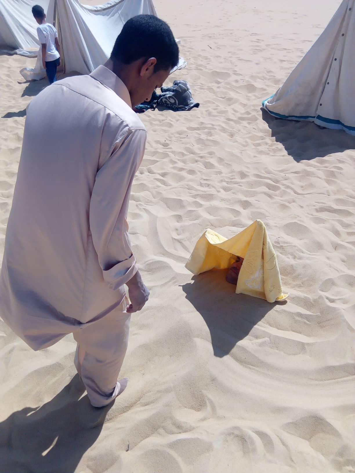 دفن أحد المرضى فى الرمال للاستشفاء