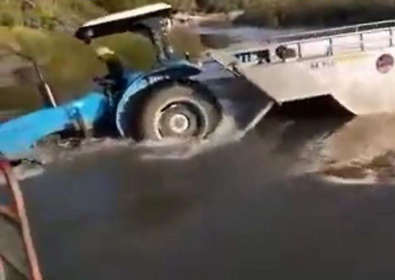 afrikanskie-fermery-splavljaja-selhoztehniku-utopili-traktor-foto-big