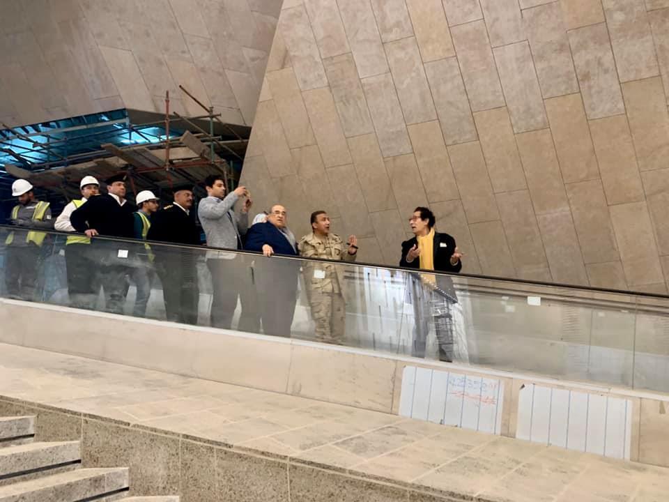 جولة فاروق حسنى فى المتحف