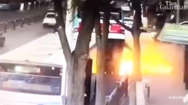 انفجار كبير فى الحفرة التى سقطت بها الحافلة