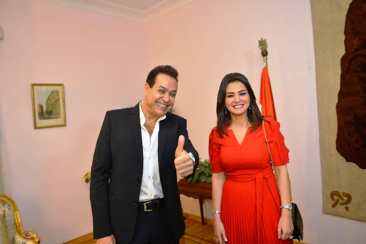 تكريم دينا فؤاد بكلية إعلام جامعة مصر وإهدائها درع الجامعة (4)