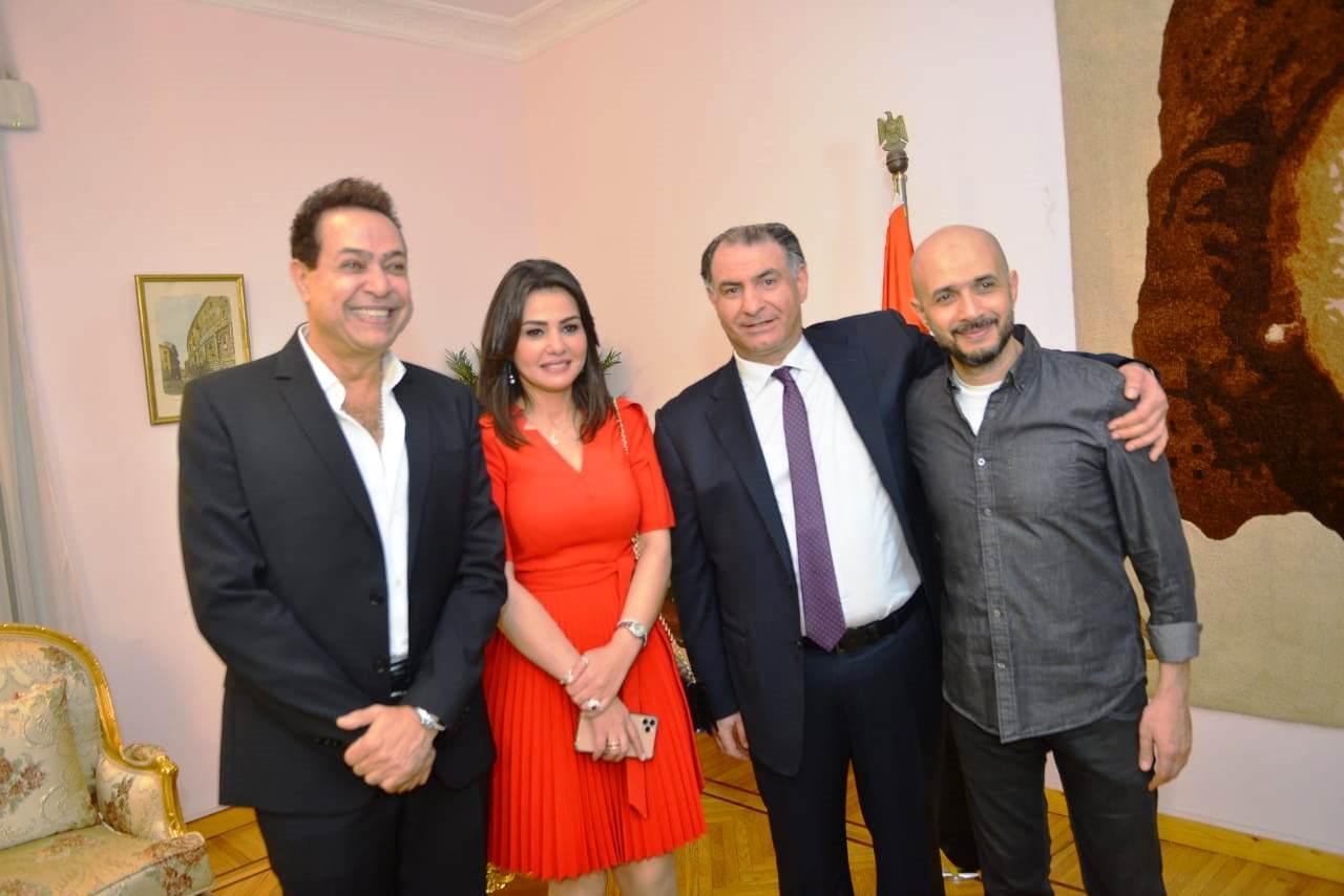 تكريم دينا فؤاد بكلية إعلام جامعة مصر وإهدائها درع الجامعة (1)