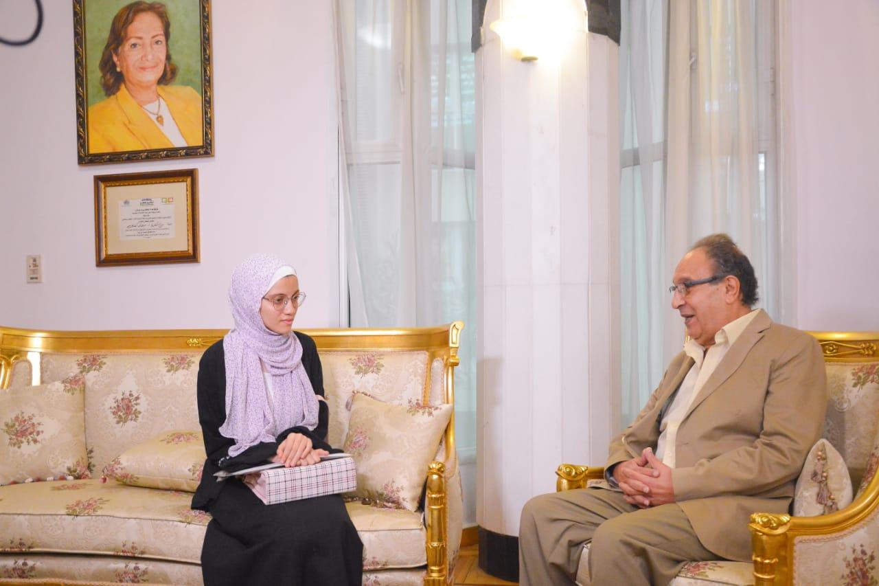د. محمد العزازي والطالبة نور الهدى