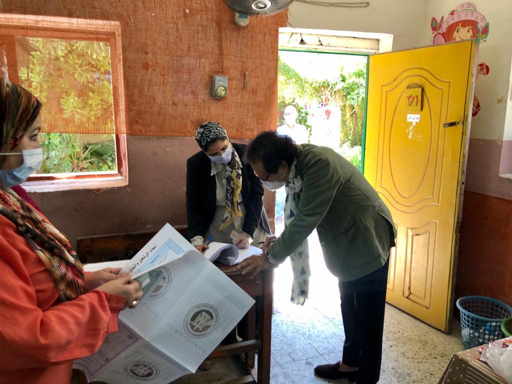 وزير الثقافة الأسبق فاروق حسني يدلي بصوته في انتخابات الشيوخ (5)