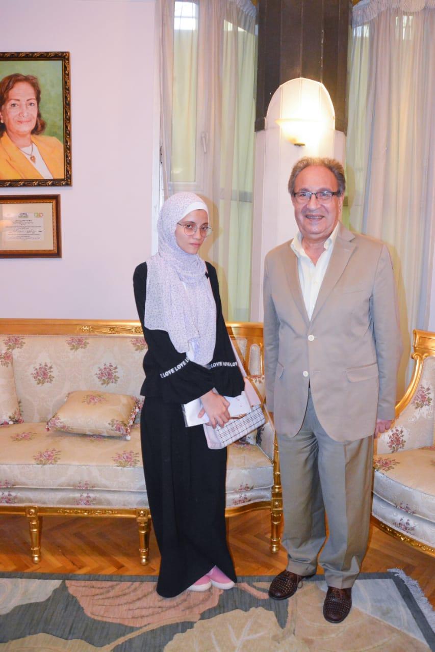 د. محمد العزازي والطالبة نور الهدى (2)