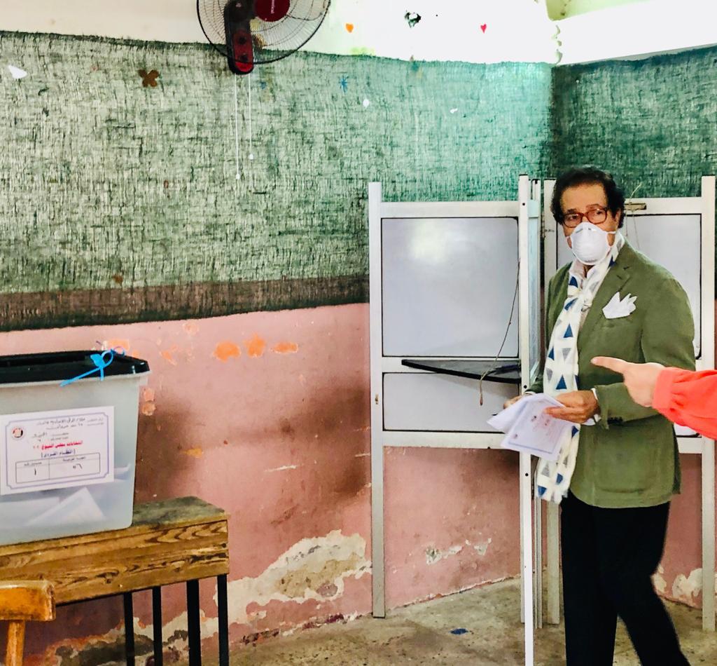 وزير الثقافة الأسبق فاروق حسني يدلي بصوته في انتخابات الشيوخ (3)
