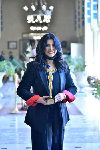 الإعلامية منى الشاذلى تحصل على درع المرأة العربية من جامعة الدول العربية