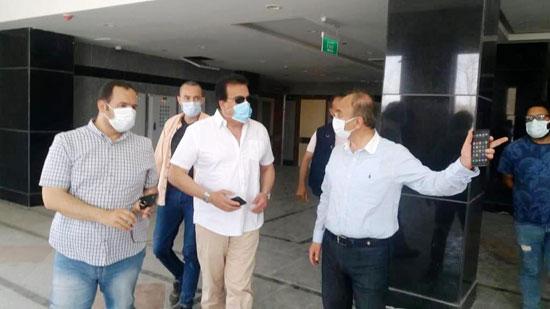 وزير-التعليم-العالي-يزور-مستشفى-العاشر-من-رمضان-الجامعى--(5)