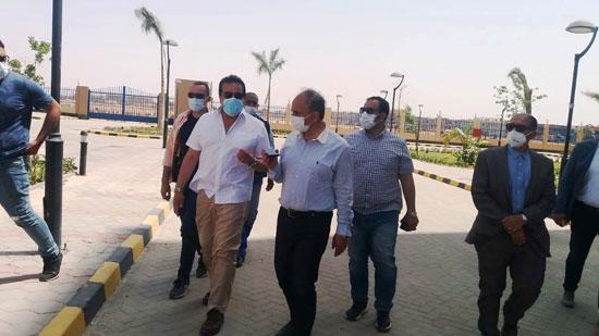 وزير-التعليم-العالي-يزور-مستشفى-العاشر-من-رمضان-الجامعى--(12)