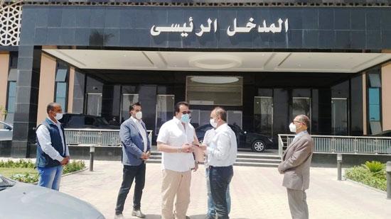 وزير-التعليم-العالي-يزور-مستشفى-العاشر-من-رمضان-الجامعى--(1)