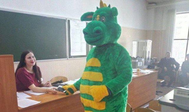 ناخب يرتدي زي ديناصور