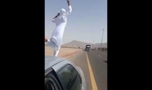 لحظة قفز شاب ملثم أمام شاحنة مسرعة