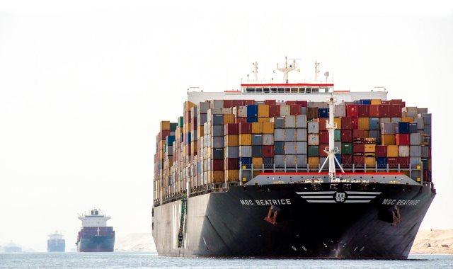 سفينة عملاقة تعبر قناة السويس