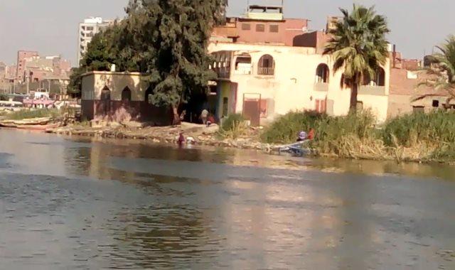 """سيدات تغسل """"المواعين"""" بنهر النيل"""