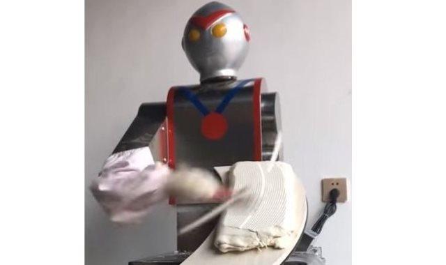 روبوت يقدم الطعام