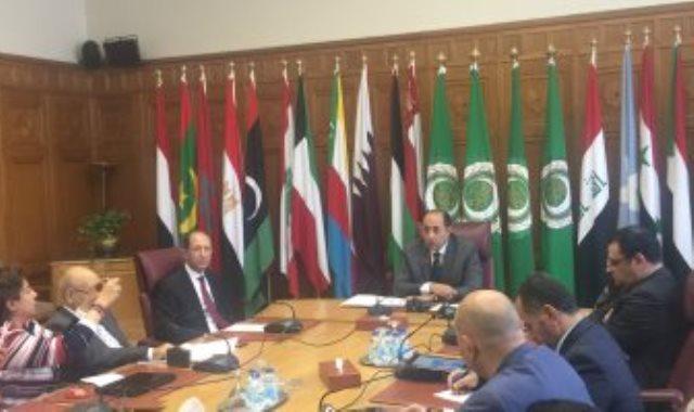 السفير حسام زكى خلال لقاءه مع محررى الجامعة العربية