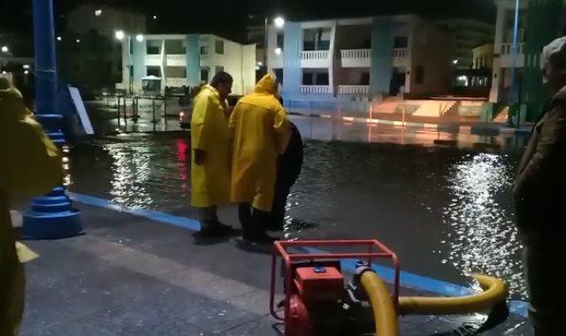 فرق الطوارىء تنقذ شوارع مطروح من الغرق