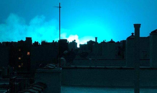 سماء نيويورك تضيئ باللون الأزرق جراء الانفجار