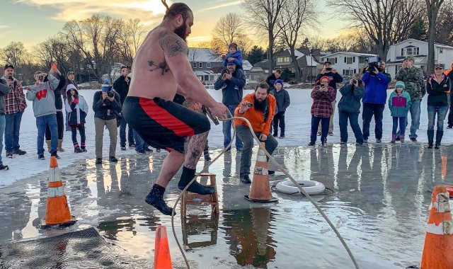 المصارع برون سترومان يشارك فى تحدى المياه المجمدة
