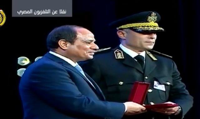 الرئيس يكرم الضباط المتميزين