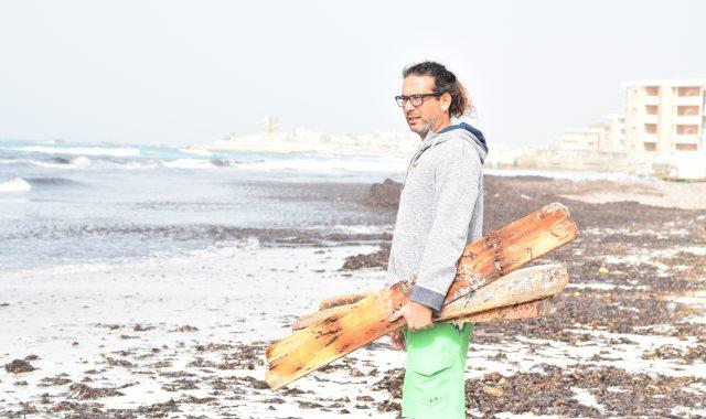 جراح العظام الذي حول أخشاب البحر لقطع فنية